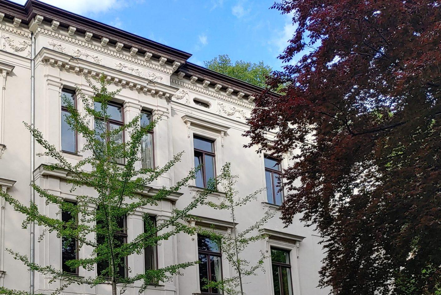 Villa vor blauem Himmel