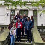 Foto zeigt die gesamte Jury auf den Stufen des Zentrums für Medienproduktion. Neun Personen lächeln in die Kamera