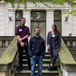 Bild zeigt die Jury der Kategorie Medienmacher. Drei Personen stehen auf den Stufen des Zentrums für Medienproduktion.