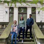 Bild zeigt die Jury der Kategorie Medienstarter. Drei Personen stehen auf den Stufen des Zentrums für Medienproduktion.